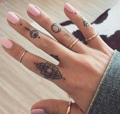 Tatouage doigt, inspiration mandala                                                                                                                                                                                 Plus