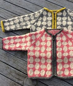 Dueæg - opskrift i 5 størrelser fra www.dk for kids sweaters Knitting For Kids, Baby Knitting Patterns, Knitting Designs, Knitting Projects, Fair Isle Knitting, Knitting Yarn, Baby Pullover, Fair Isle Pattern, Cardigan Pattern