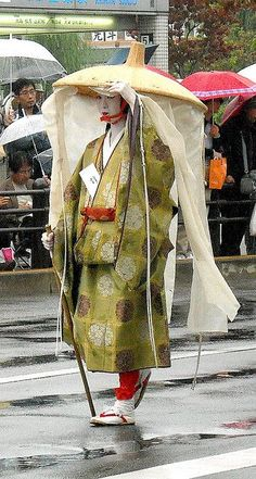 Tamie Jidai Matsuri--showing what a noble woman would wear while traveling.Jidai Matsuri--showing what a noble woman would wear while traveling. Japanese Outfits, Japanese Fashion, Japanese Clothing, Japanese Beauty, Japanese Art, Traditional Japanese, Kimono Chino, Look Kimono, Costume Ethnique