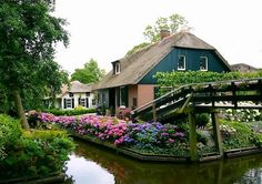 If you ever want to get away from city life and find peace in a beautiful place, the perfect destination for you is Giethoorn in the Netherlands.Beautiful nature, old houses, ride boats in channels or walk after numerous wooden bridges … Simply, it is a place that offers you relaxation and also to briefly forget…