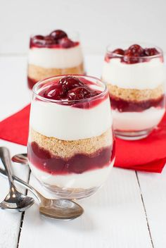 Kirsch-Käsekuchen-Dessert im Glas (ohne Backen) Cherry and cheesecake dessert in glass (without baking) oooo cupcakes and cakes Desserts In A Glass, Mini Desserts, No Bake Desserts, Delicious Desserts, Dessert Oreo, Pudding Desserts, Cheesecake Desserts, Dessert Trifles, Low Fat Chocolate