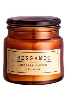 Świeczka zapachowa w pojemniku: Świeczka zapachowa z wosku i parafiny w szklanym pojemniku z etykietką. Czas palenia ok. 15 godzin. Średnica u góry 4,5 cm, wysokość 6 cm.