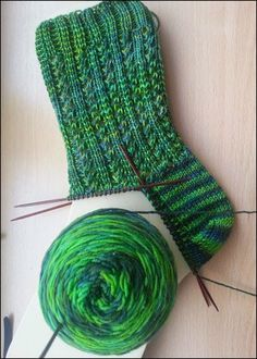Melli's Muster     Deutsch:  http://www.ravelry.com/patterns/library/mellis-socks    Englisch:  www.von-stroh-zu-gold.de/muster/wp-ontent/up...