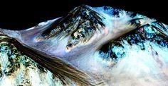 Un'immagine di Marte realizzata dalla Nasa: la striscia scura e sottile individua la presenza di acqua sul pianeta rosso