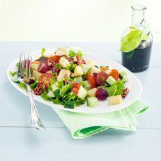 Hedelmäinen cheddarjuustosalaatti on juhlava salaatti, jonka makea balsamietikkakastike viimeistelee.