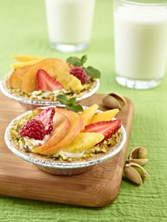 Fruit Tartlets & Pistachiogurt - A healthier twist on the traditional tartlet, this dessert is sweet and creamy. Healthy Fruit Tart Recipe, Healthy Fruits, Healthy Dessert Recipes, Fruits And Veggies, Real Food Recipes, Delicious Desserts, Healthy Snacks, Healthy Life, Healthy Eating