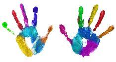 unas manos estampadas llenas de colores
