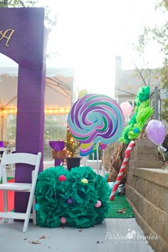 Create a magical and whimsical world with a Willy Wonka Halloween Party! A great theme for a birthday, bar mitzvah, or shower. Find ideas & projects here. Willy Wonka Halloween, Willy Wonka Costume, Halloween Party, Halloween 2018, Candy Theme, Candy Party, Small Balloons, White Wrapping Paper, Candy Wreath