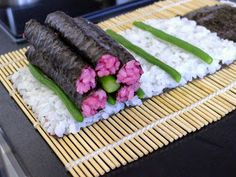 Recipes for my bento: Sushi Art rolls (tutorial) flowers - Sushi - Bento Ideas Chef Sushi, L'art Du Sushi, Sushi Art, Japanese Rice Dishes, Japanese Food, Valentines Day Food, Kimbap, Food Concept, Sushi Rolls