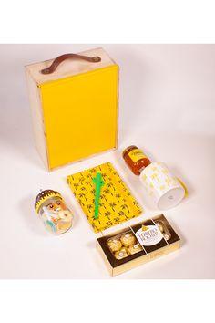 En resumen, un regalo debe ser feliz. Felicidad producen las memorias, las emociones, y esta caja de regalo, con un acabado de la tapa en un amarillo mate, acompañado de una agenda del mismo color con serigrafia de la palma de cera del Quindío, un mug con la misma representación, unos chocolates dorados como el empaque de ferrero Rocher, una mermelada de frutos amarillos y un frasco con gomas motivo cumpleaños. Descúbrelo a domicilio en Cali, Medellín, Bogotá, Cartagena en La Confitería. Chocolate Dorado, Chocolates Ferrero Rocher, Cali, Container, Men Gifts, Gifts For My Boyfriend, Being Happy, Box Of Chocolates, Gift Wrapping