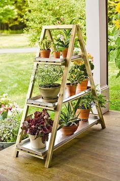 Jardín escalonado: No son los célebres colgantes de Babilonia, pero sí una versión modesta y asequible. Una escalera que ya no utilices puede servirte para mostrar tus plantas. E incluso podrías construirla tú mismo.