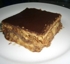 Crunchy biscuits layered with chocolate truffle and cream make a quick and mouthwatering cake. Mexican Food Recipes, Sweet Recipes, Cake Recipes, Grandma Cake, How To Make Biscuits, Good Food, Yummy Food, Biscuit Cake, Chocolate Truffles