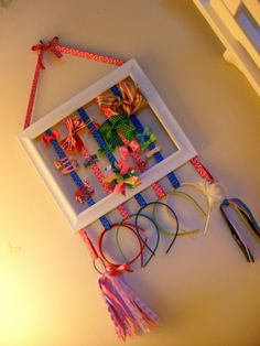 Hair-bow Picture Frame DIY Frame for girly hair accessoriesDIY Frame for girly hair accessories Organizing Hair Accessories, Diy Hair Accessories, Hair Clip Organizer, Toddler Hair Bows, Diy Frame, How To Make Bows, Diy Gifts, Diy Projects To Try, Picture Frames