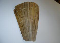 Arandela em forma de cone, com armação de ferro, recoberta com varetas de bambu e amarração em fibra....