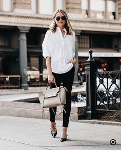 Try a casual summer outfit with black jeans and a beautiful elegant white shirt Outfit Jeans, Casual Jeans Outfit Summer, White Shirt Outfits, Jean Outfits, Shorts Jeans Branco, Shorts Jeans Preto, Blazer With Jeans, Black Jeans, French Connection Fashion