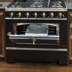 La Cornue CornuFé 1908 Stove Founded in France in La Cornue is famous for its impeccably styled, Cool Kitchen Gadgets, Small Kitchen Appliances, Cool Kitchens, La Cornue, Kitchen And Bath, Kitchen Dining, Kitchen Decor, Kitchen Ideas, Dining Room