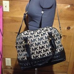 🎀PRICE REDUCED🎀($270-$230!!)Michael Kors handbag Perfect condition no signs of wear, damage, or tips/stains. Might consider trades 👉$200 through (pay) pal👈 Michael Kors Bags