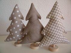 3 Tannenbäumchen in sand/weiß......