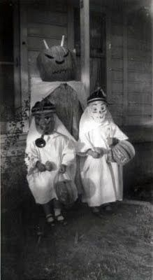 Halloween Photos Vintage Halloween Photograph ~ Costumed Kids Ready for Trick or Treating w/ Jack O' LanternsVintage Halloween Photograph ~ Costumed Kids Ready for Trick or Treating w/ Jack O' Lanterns Retro Halloween, Halloween Fotos, Vintage Halloween Photos, Halloween Pictures, Creepy Halloween, Holidays Halloween, Halloween Costumes, Happy Halloween, Creepy Costumes