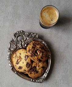 Cikolatali kurabiye Malzemeler: 1 cup =240 ml. Su bardağı ölçüsüdür. 245 gr. Un 1 çay kaşığı karbonat 200 gr. Tereyağı 100 gr. Şeker 165 gr. Kah...