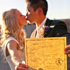 Wedding Tips Tricks: 17 must have wedding photos - Wedding Party. I want Sue I to go to the beach, any beach, every year on June for a photo. Maybe even holding our Marriage License.That will be a great collage in an old window frame. Wedding Poses, Wedding Tips, Wedding Events, Our Wedding, Wedding Planning, Dream Wedding, Trendy Wedding, Wedding Shot, Wedding Reception