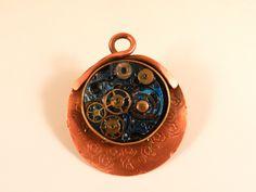 AnHadas. Medallón en cobre con maquinaria de reloj antiguo alterada.
