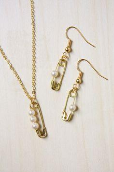 Pearl Safety Pin Jewelry Set - new season bijouterie Safety Pin Jewelry, Wire Jewelry, Jewelry Sets, Beaded Jewelry, Jewelry Making, Safety Pins, Jewellery Diy, Fashion Jewelry, Diamond Jewellery