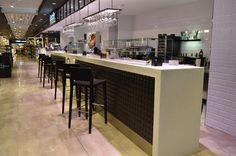 Los Grandes Almacenes El Corte Inglés, han elegido el acabado Cuarzo Blanco de Hi-Macs para esta gigantesca barra de su zona gourmet, e