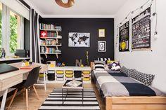 Czarny to jeden z ulubionych kolorów, który nastolatki chcą mieć w swoim pokoju. W aranżacji wnętrza nie wygląda ponuro, dzięki zestawieniu go z żółtymi dodatkami i drewnem.