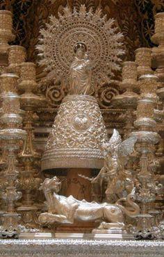 La Virgen del Pilar y San Miguel en el paso de la Macarena.