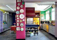 A coluna estrutural desta cozinha colorida foi pintada de fúcsia e recebeu a coleção de pratos da moradora. O projeto é da arquiteta Tieko Matsuda