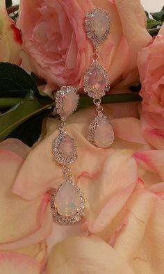 Σκουλαρίκια κρεμαστά σε ροζ και λευκή ματ απόχρωση Wedding Earrings, Pearl Necklace, Drop Earrings, Pearls, Swarovski, Jewelry, Products, Wedding Plugs, String Of Pearls