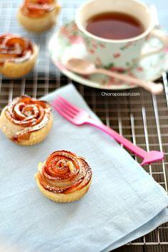 Le Rose di mela sono dei piccoli dolcetti di pasta sfoglia facilissime da fare e tanto scenografiche. Un dolce economico, con ingredienti semplici che piace sempre a tutti. Per realizzarle basta un rotolo di pasta sfoglia già pronto, 2 mele, un po' di zucchero e tanta cannella; per farvi vedere c