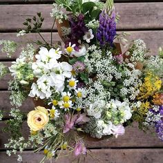 Les petits bouquets de fleurs locales sont prêts pour la fin de semaine avec @julefruit Ils sont 10.00$ disponible dès maintenant! C'est plein…
