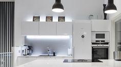 Epäsuora valaistus saadaan aikaan piilottamalla valonlähde esim. kaapistojen päälle tai peitelistojen taakse, jolloin valo