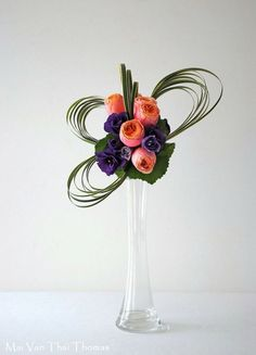 """Modern floral arrangement for Saint Valentine! Contemporary Flower Arrangements, Creative Flower Arrangements, White Flower Arrangements, Ikebana Arrangements, Ikebana Flower Arrangement, Arte Floral, Flower Show, Flower Art, Cactus Flower"