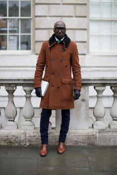 2015-11-20のファッションスナップ。着用アイテム・キーワードはコート, サングラス, スラックス, ブーツ, ランチコート,etc. 理想の着こなし・コーディネートがきっとここに。| No:125332