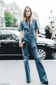 Paris Fashion Week street style: a denim overall pantsuit, casual but edgy. Fashion Week Paris, Looks Style, Style Me, Jumpsuit Elegante, Jeans Overall, Estilo Jeans, Style Outfits, Denim Jumpsuit, Overalls