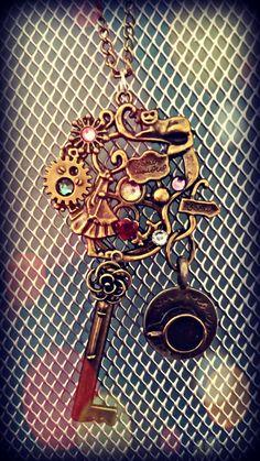 Vintage jardin Alice au pays des merveilles fantaisie collier avec pendentif chat de Cheshire  Alice est perdue et nest pas sûr quel chemin à