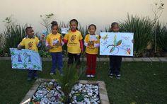 Crianças cantam em frente à casa do ex-presidente da África do Sul, Nelson Mandela, para demonstrar apoio à sua recuperação - http://revistaepoca.globo.com//Sociedade/fotos/2013/06/fotos-do-dia-12-de-junho-de-2013.html (Foto: AP Photo/Themba Hadebe)