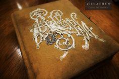 Libro con grabado.