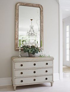 Tone on Tone. Love this painted piece. Achieve a similar look with #AVFP #ChantillyWhite