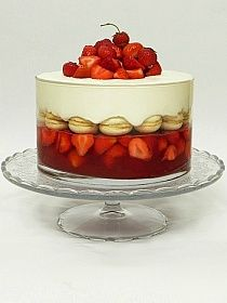 Trifle with strawberries and macarons Board Game Themes, Clue Board Game, Raspberry, Strawberry, Fancy Desserts, Trifle, Macaroons, Panna Cotta, Pudding