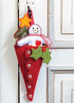 Christmas Crafts with Felt - Christmas Craftings Felt Christmas Decorations, Felt Christmas Ornaments, Diy Ornaments, Beaded Ornaments, Christmas Makes, All Things Christmas, Christmas Projects, Holiday Crafts, July Crafts
