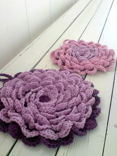 Fanciful flower potholders.   Pattern here http://delights-gems.blogspot.com/2011/04/fanciful-flower-potholders.html