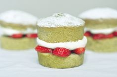 Such a delightful teatime treat: Strawberry-stuffed Mini Matcha Victoria Sponge Cakes. Victoria Sponge Kuchen, Mini Victoria Sponge Cakes, French Desserts, Köstliche Desserts, Dessert Recipes, Sushi Roll Recipes, Tea Recipes, Tea Cakes, Cupcake Cakes
