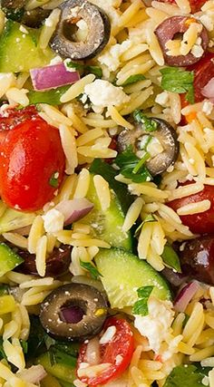 Greek Orzo Salad with feta is perfect to make year-round and it goes perfectly with grilled chicken. It's a healthy and filling veggie-packed side dish. Greek Orzo Salad, Greek Pasta, Orzo Salad Recipes, Pasta Recipes, Cooking Recipes, Dinner Recipes, Low Carb Brasil, Vegetarian Recipes, Healthy Recipes