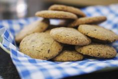 Een chocolate chip cookie is zo ongeveer het meest klassieke Amerikaanse koekje dat er bestaat. Een grote chocoladeproducent bood Ruth Wakefield levenslang gratis chocolade, als hij in ruil haar recept voor de koekjes op de verpakking mocht afdrukken. Van het een kwam het ander, en intussen is de lekkernij wereldberoemd.Met de hoeveelheden in dit recept maak je vier koekjes per persoon.