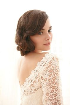 Love the dress! and her natural make-up and hair style! {photo source: Sassi Holford, Thea wedding gown}