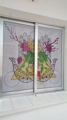 Vinilo microperforado impreso para ventana. Printed, Stained Glass Windows, Shop Displays, Vinyls, Exercise, Windows, Business